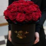 Czerwone róże w pudełku