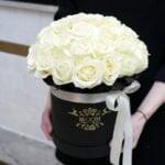 Białe róże w pudełku