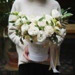 Biała kompozycja kwiatowa w pudełku