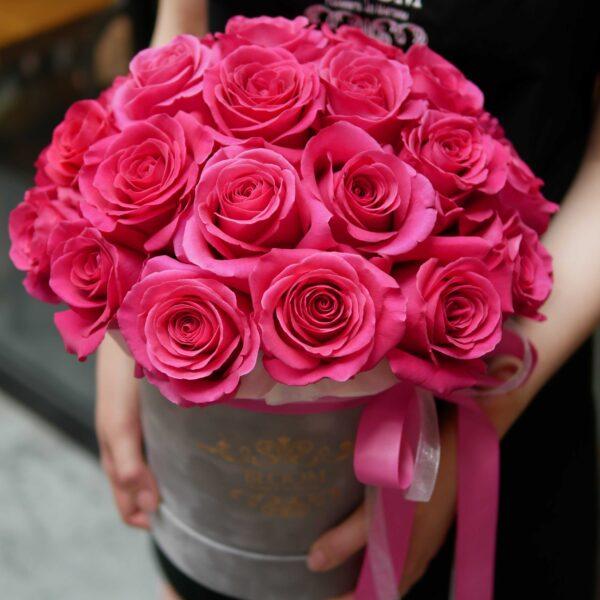 Mocno różowe róże w pudełku