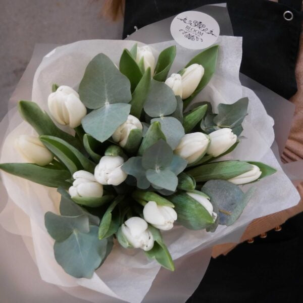 Bukiet tulipanów z eukaliptusem