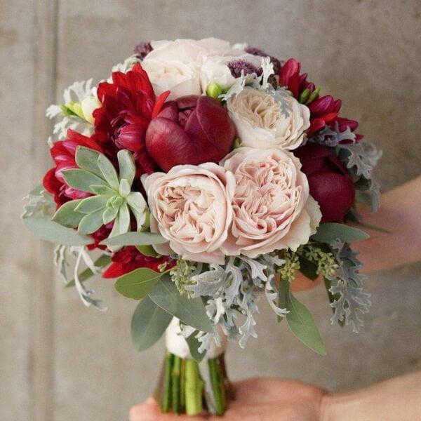 Bukiet ślubny z piwoniowej róży i bordowych piwonii